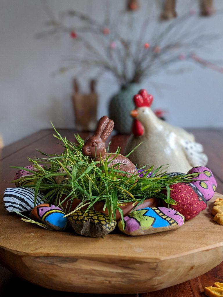 Osternest mit Katzengras und bemalte Steine