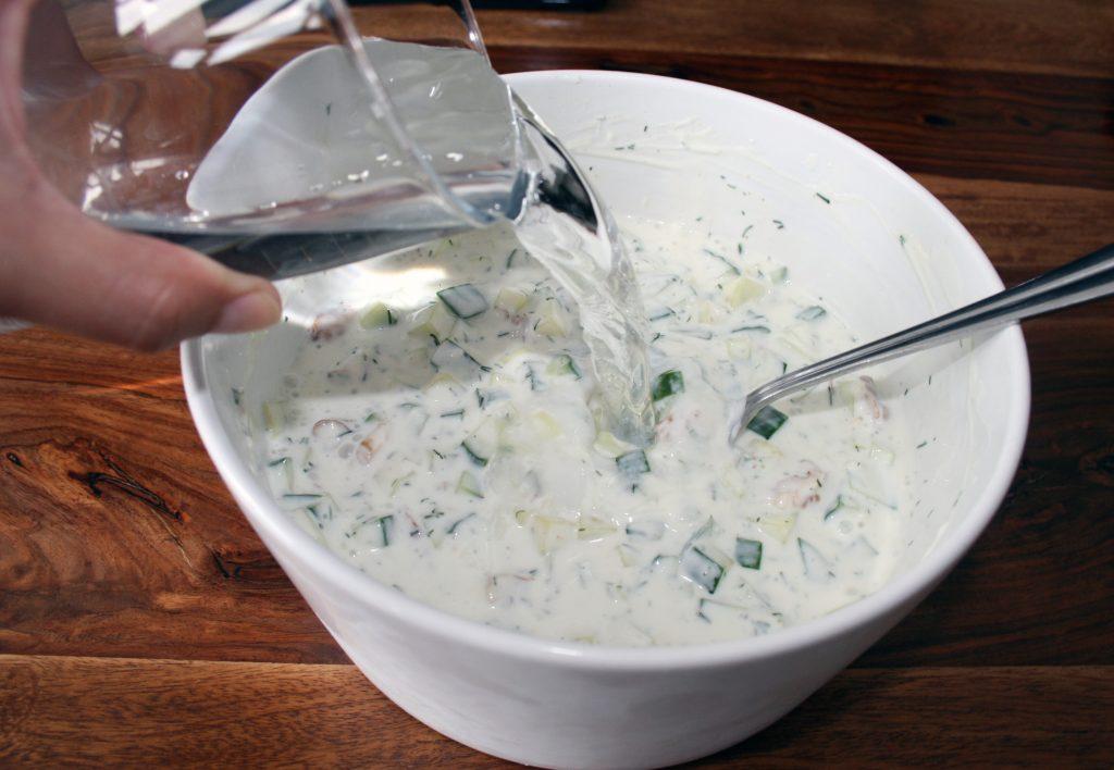 Tarator mit Wasser zur Suppe verdünnt