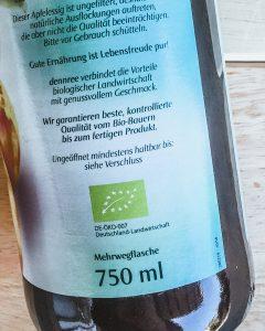 Apfelessig von dennree mit der Aufschrift: Mehrwegflasche. So lassen sich Pfandflaschen einfach erkennen.