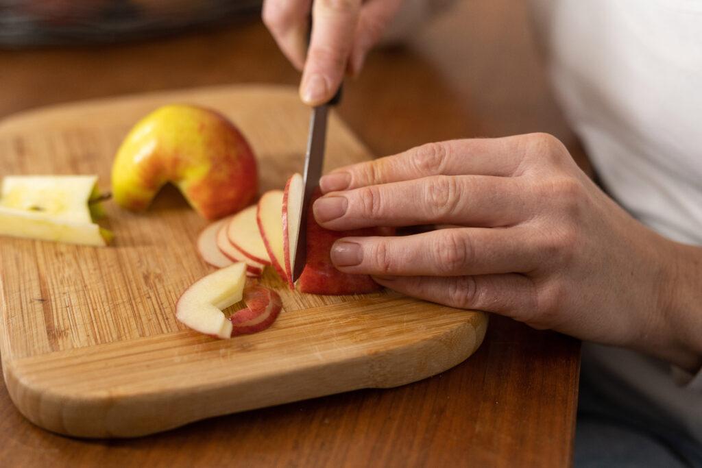 Apfel wird in Spalten geschnitten
