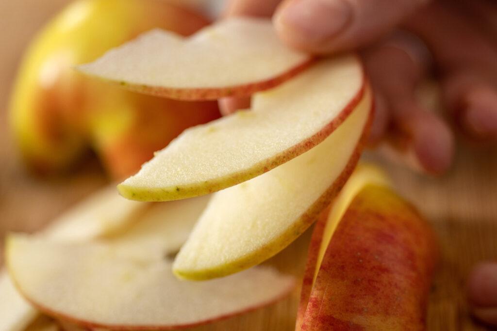 Geschnittene Apfelspalten sind wie ein Fächer aufgereicht