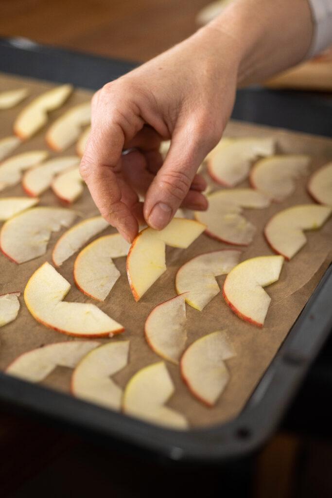 Apfelspalten werden auf ein Backblech gelegt