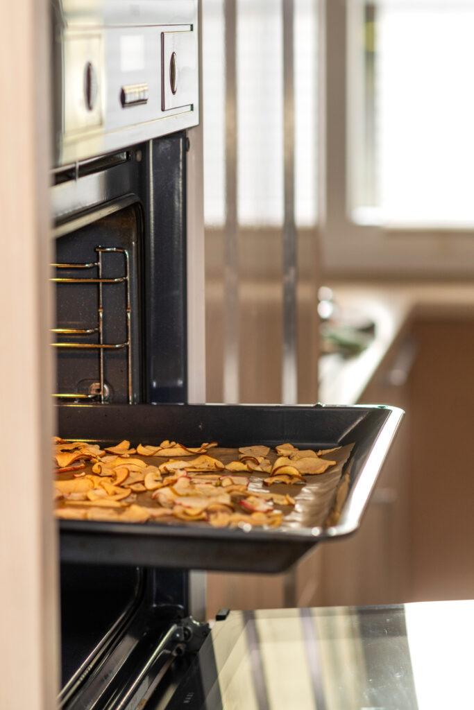 Blech mit Apfelspalten im Ofen