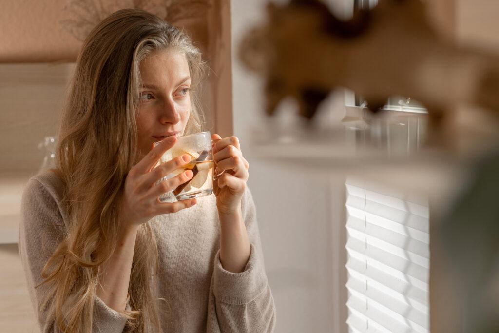 Model Tessa trinkt Apfeltee