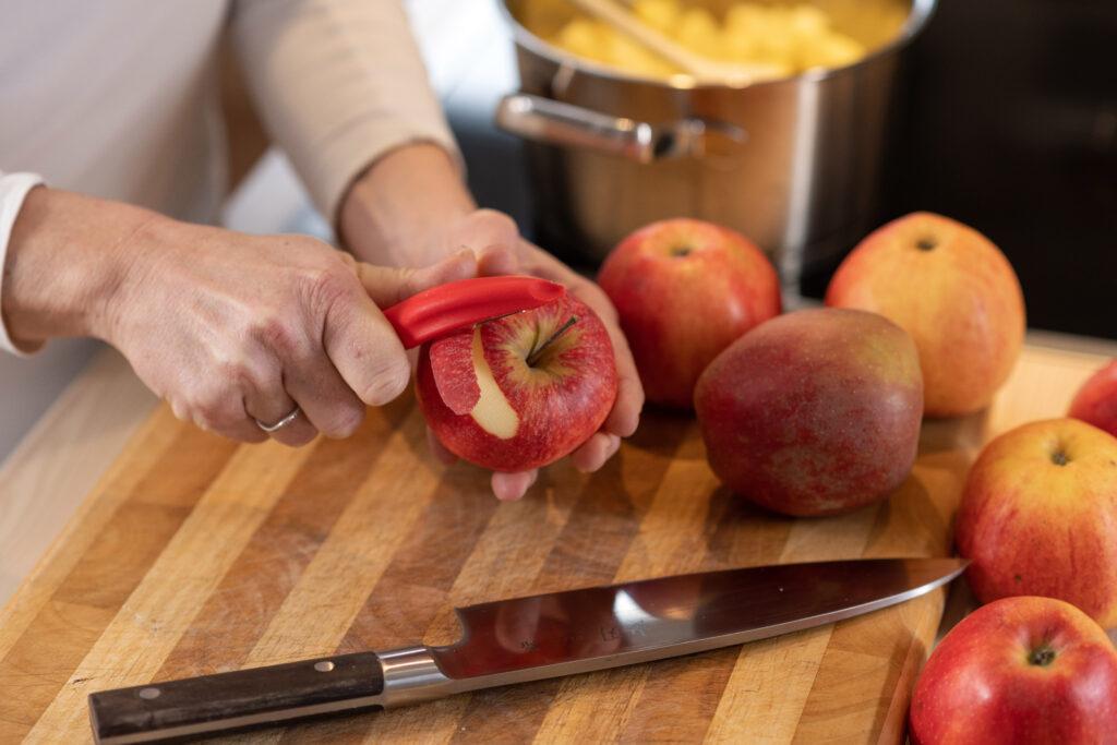 Apfel wird geschält
