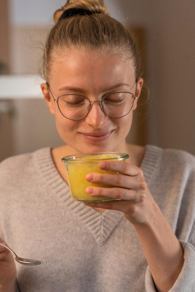 Model Tessa riecht am Apfelkompott