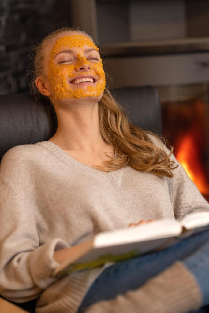 Model Tessa liegt entspannt mit einer Karottenmaske im Gesicht entspannt im Sessel