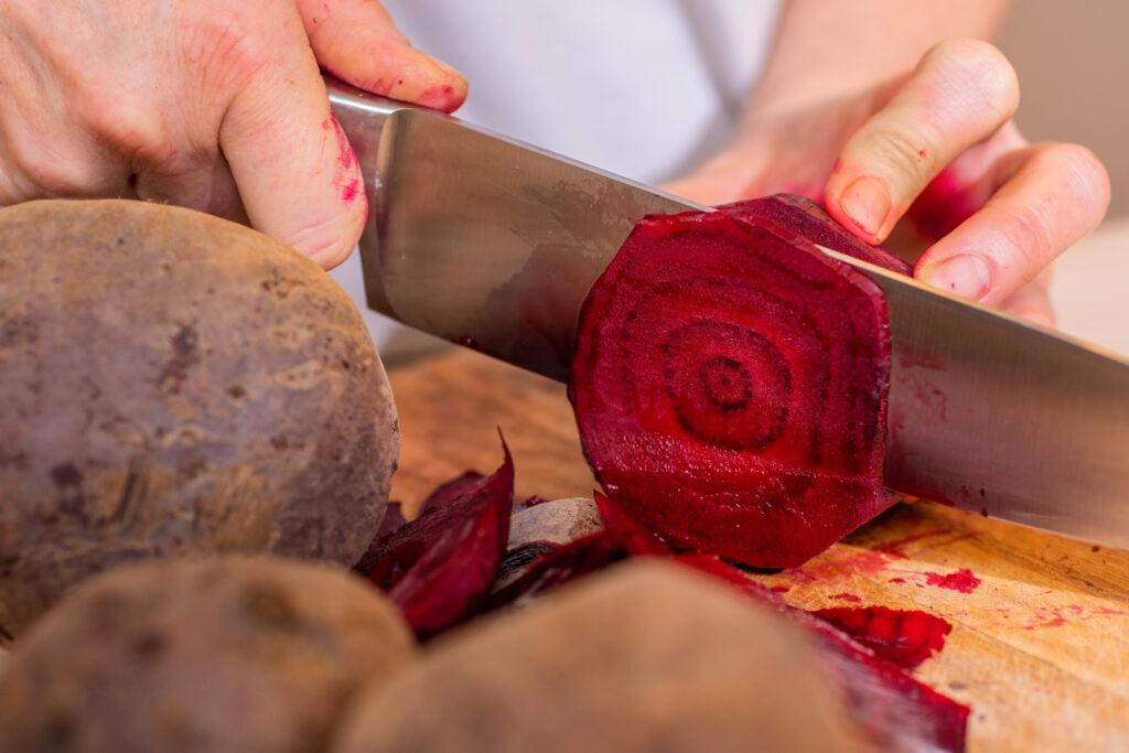 Rote Bete wird geschnitten