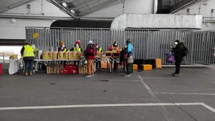 Unser Engagement für mehr Lebensmittelwertschätzung: Die Engel in den Straßen verteilen Lebensmitteltüten von Denns BioMarkt