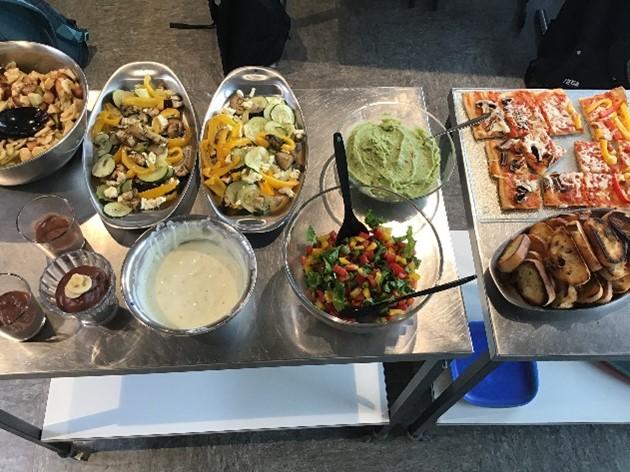 Unser Engagement für mehr Lebensmittelwertschätzung: Essensbuffet mit geretteten Lebensmitteln aus dem Denns BioMarkt