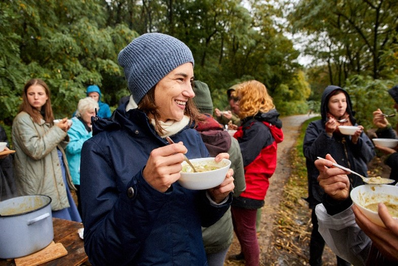 Unser Engagement für mehr Lebensmittelwertschätzung: Bei einer Veranstaltung von Restlos Glücklich wird gemeinsam Suppe gekocht.